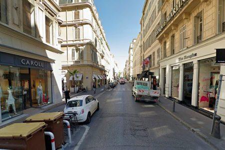 La rue Paradis est bien souvent sur une seule voie à cause d'une stationnement en double file
