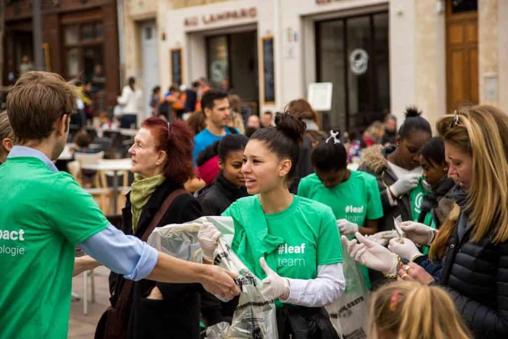 Participer à une opération bénévole de ramassage de déchets permet de collecter des points pour acheter dans une épicerie bio par exemple