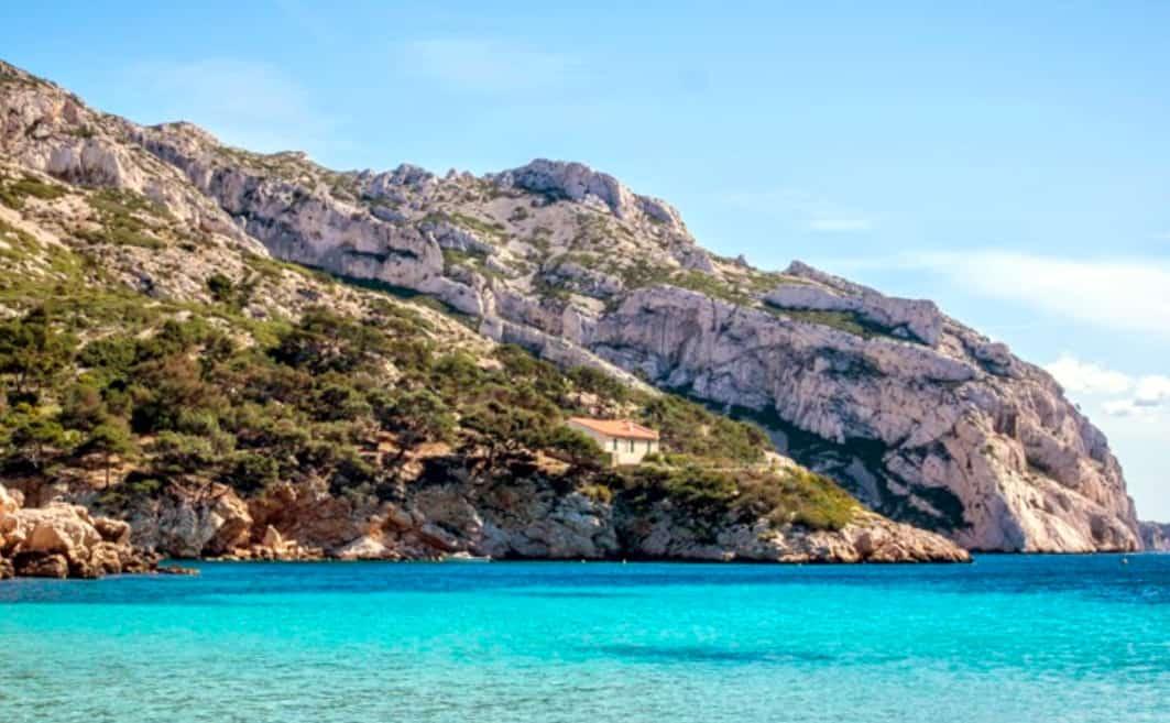 plage-sable-eau-turquoise-sormiou