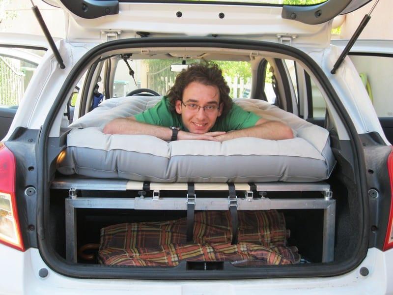 invention un jeune proven al cr e un mod le universel de lit pliant pour voiture made in. Black Bedroom Furniture Sets. Home Design Ideas