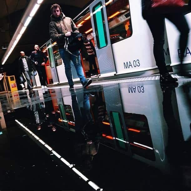 Des passants dans le métro © Romdilon