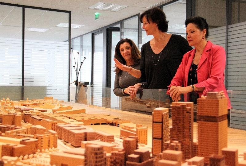 Les élues Solange Biaggi, Laure Agnès Caradec et Lisette Narducci autour de la maquette Euroméditerranée