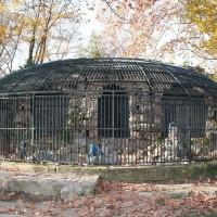 Quelques vestiges du jardin zoologique : cage à ours...