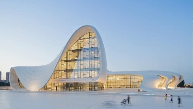 Hommage zaha hadid architecte de la tour cma cgm made for Architecture courbe