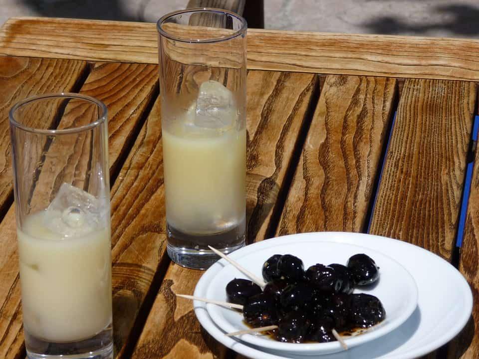 apero-marseillais-pastis-olive