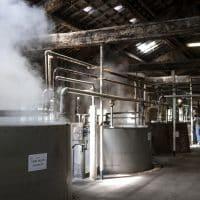 L'intérieur de l'usine avec une partie de ses sept chaudrons