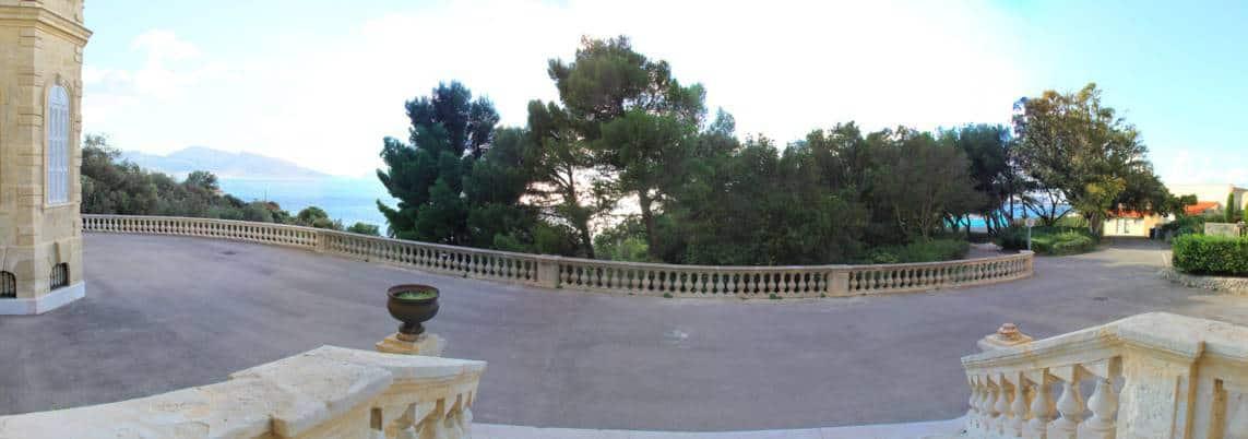 parvis-villa-valmer-balcon-corniche