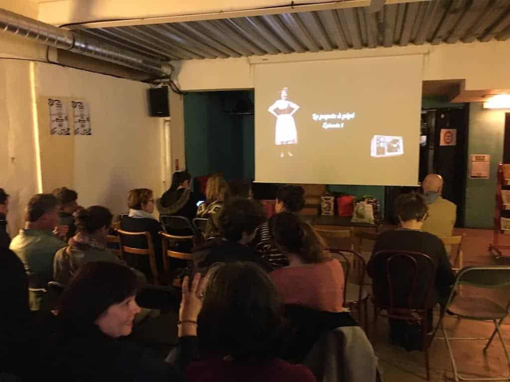 L'équitable café bien rempli pour la projection-débat des trois épisodes