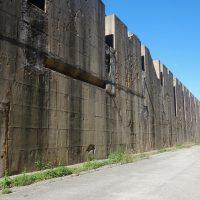 Le mur d'enceinte qui fait aussi office de rempart