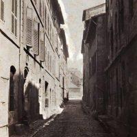La rue Étroite menant du Panier au boulevard des Dames (au fond)
