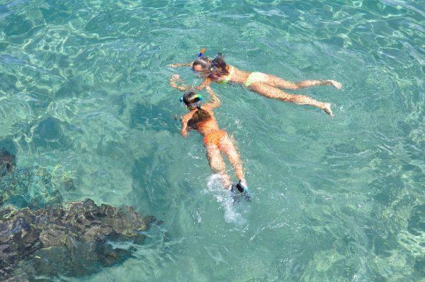 Comment éviter la crème solaire, premier polluant de la mer en été ?
