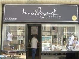 De nouveaux objets tirés des romans de Pagnol sont vendus aux touristes, mais aussi aux Marseillais qui viennent religieusement découvrir le magasin