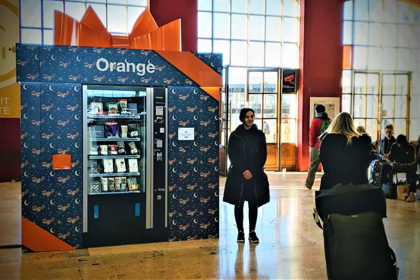 , Pour noël, Orange installe un distributeur de cadeaux connectés à la gare Saint-Charles !