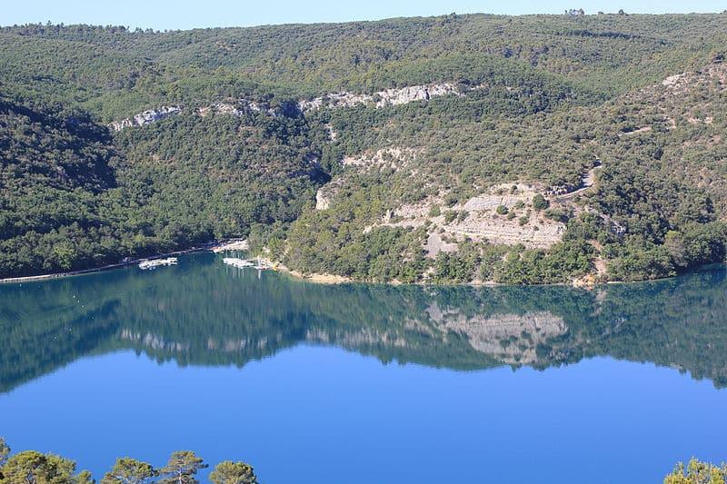 , Le lac d'Esparron, baignade dans un lieu mystérieux, sauvage et escarpé, Made in Marseille, Made in Marseille