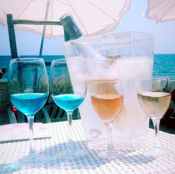 , La folie du vin bleu et 100% naturel débarque dans le Sud de la France