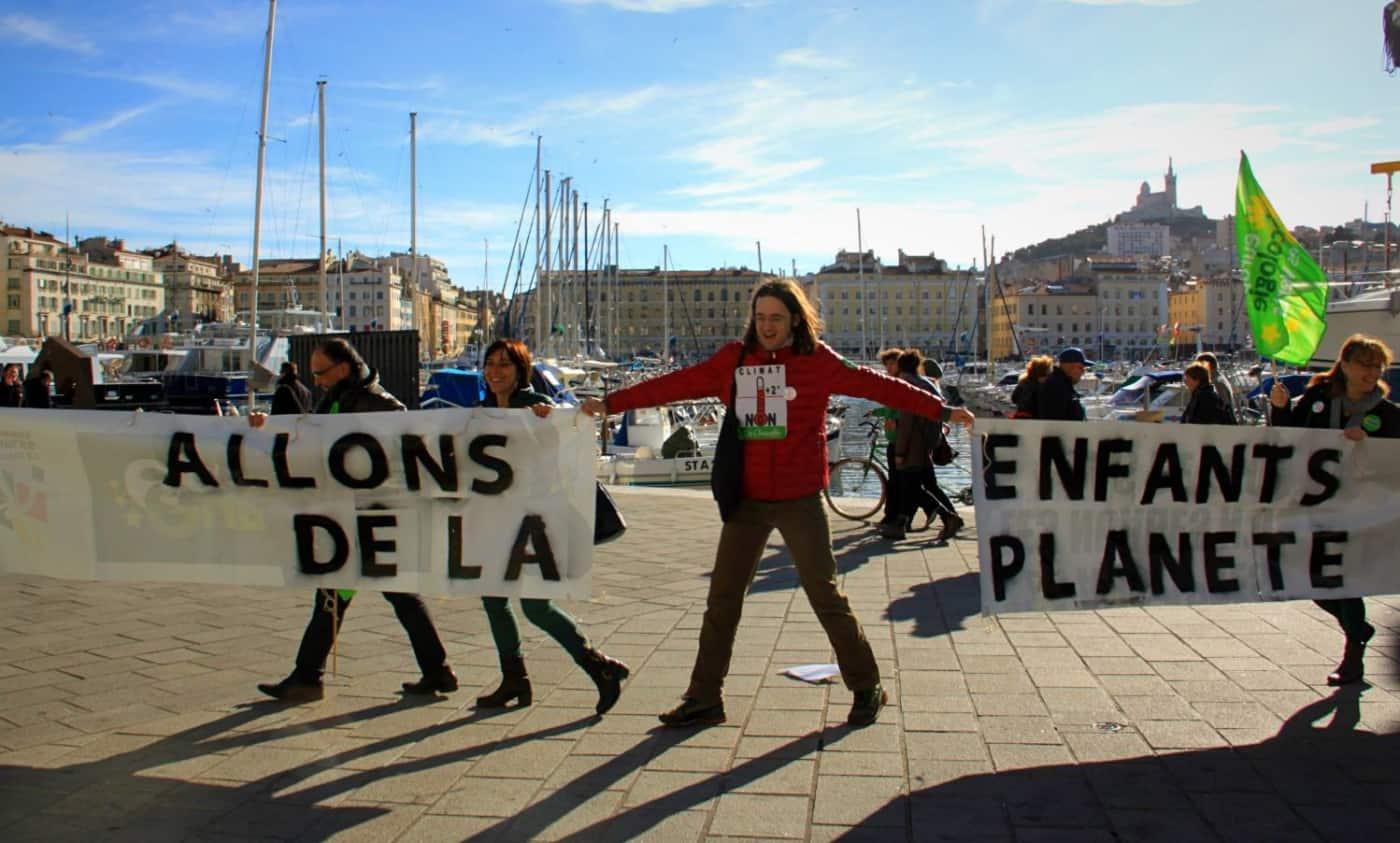 , Marseille : une chaine humaine sur la Corniche pour la marche du Climat