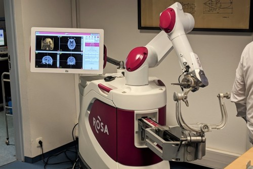 , ROSA, le robot qui traite la maladie de Parkinson à la Timone