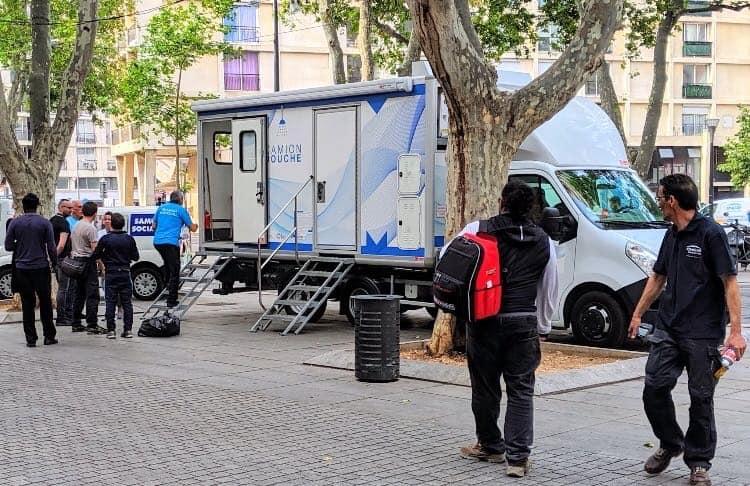 , Un camion-douche pour venir en aide aux sans-abri à Marseille