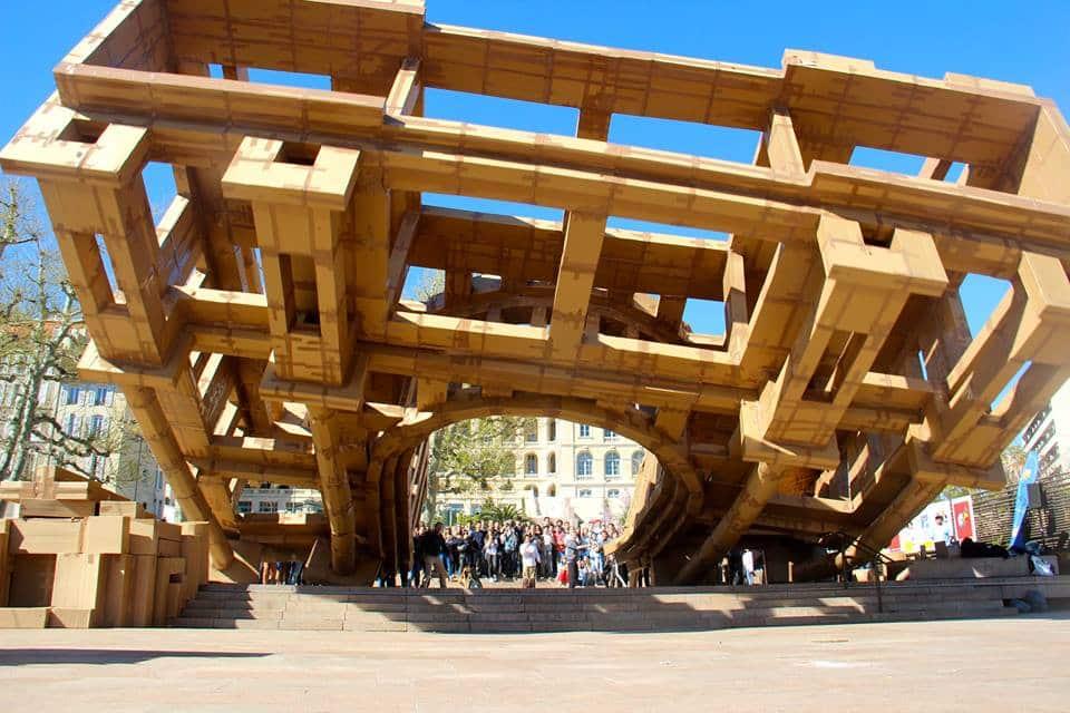 Gut bekannt Une sculpture en carton éphémère pour célébrer la solidarité  TW45