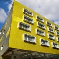 Un bâtiment flashy marque l'entrée de la fac de Médecine sur Sakakini