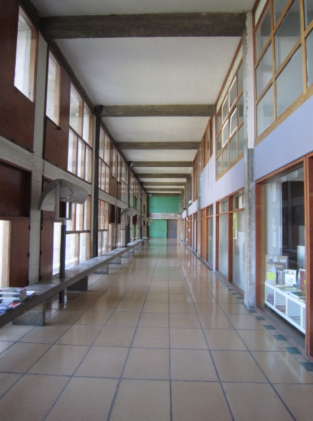couloir-rue-cite-radieuse-corbusier