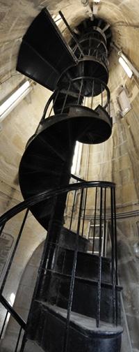 escalier-statue-vierge-garde